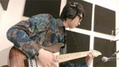 生徒がギターの練習を行っています。